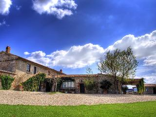 Tuscan farmhouse rental offers wonderful pool, terrace and garden - Castiglione D'Orcia vacation rentals