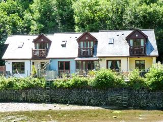 WATERSIDE COTTAGE, en-suite bathrooms, garden overlooking river, patio with furniture, Ref 14509 - Little Petherick vacation rentals