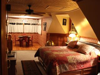 Book Nook Inn Vintage Steam Punk Room - Lumberton vacation rentals