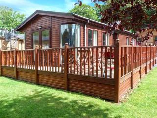 20 THIRLMERE, pet-friendly lodge with WiFi, deck, use of pool, gym etc Ref 915170 - Sawrey vacation rentals