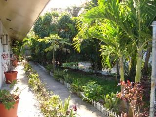 VILLA:$750 p/w! Low Rate! 5  MIN WALK TO BEACH - Nassau vacation rentals