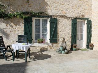 Studio Victor Hugo - La Trimouille vacation rentals