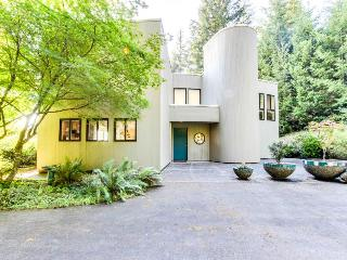 Mid-century home w/floor-to-ceiling windows - great views! - Coos Bay vacation rentals