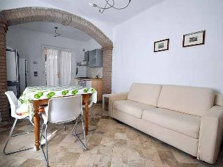 Seconds from the beach, one bedroom apartment rental with shared garden and private parking - San Vincenzo vacation rentals