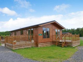 SURREY LODGE, log cabin, ground floor, hot tub, pet-friendly, in Kiplin, Ref 27297 - North Yorkshire vacation rentals
