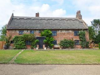 THE MANOR HOUSE, thatched property, hot tub, wet room, WiFI, woodburners, manor house near Gorleston-on-Sea, Ref. 913919 - Ludham vacation rentals