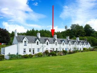CRINAN CANAL COTTAGE, pet-friendly, woodburner, canalside cottage, near Kilmartin, Ref 27162 - Kilmartin vacation rentals