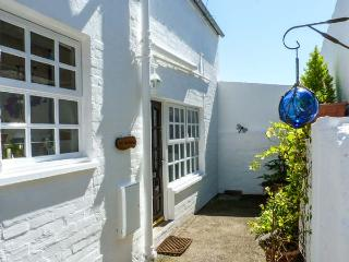 THE OLD BAKERY, terraced cottage, open plan living area, patio, in Kirkcudbright, Ref 904318 - Dumfries & Galloway vacation rentals