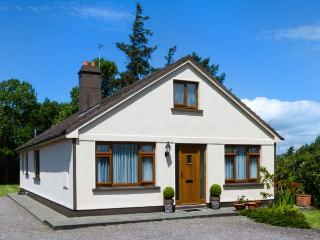 KILNANARE HOUSE, traditional, single-storey detached cottage, open fire, woodburner, lawned gardens, near Killarney, Ref 915137 - Killorglin vacation rentals