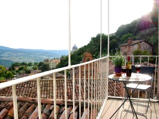 CHARMING MEDIEVAL TOWNHOUSE WITH BREATHTAKING VIEW - Todi vacation rentals