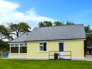 MOYBELLA HOUSE, detached cottage with WiFi, en-suite, off road parking, garden, in Ballybunnion, Ref 914867 - County Kerry vacation rentals