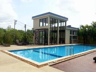 Charming apartment along a golf course in Kathu - Kathu vacation rentals
