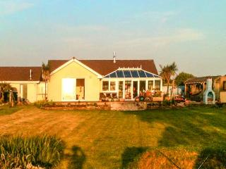 SKYGAZER'S REST, detached, single-storey, woodburner, hot tub, sea views, garden, in Morwenstow, Ref 913822 - Pyworthy vacation rentals