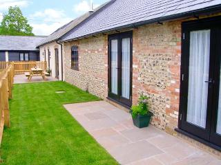THE OLD CART SHED, pet-friendly, en-suite, woodburner, games room, Blandford Forum Ref 905897 - Damerham vacation rentals