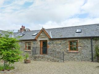 PRIMROSE COTTAGE, all ground floor, ramped access, open fire, lawned garden with furniture, Ref 914785 - County Wicklow vacation rentals