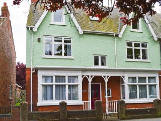 TWO BAYS, five bedrooms, small cottage garden, five mins from beach in Hornsea, Ref 16961 - Hornsea vacation rentals