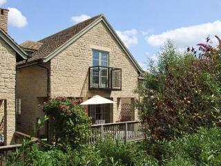 BRIDGE HOUSE, WiFi, woodburner, pet-friendly cottage with en-suites & access to pool, fishing, sailing, Cotswolds, Ref. 915721 - Gloucestershire vacation rentals