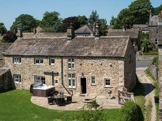 NORTON VIEW FARM, family friendly, luxury holiday cottage, with hot tub in Hetton, Ref 6741 - Langcliffe vacation rentals