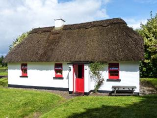 7 TIPPERARY THATCHED COTTAGE, quaint cottage with WiFi, fire, ground floor bedroom, in Puckane, Ref. 915742 - Portumna vacation rentals