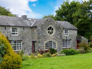 COACHMANS HOUSE, open fire, use of rowing boat on Lough Derg, walks from doorstep, near Lorrha, Ref 915464 - Lorrha vacation rentals