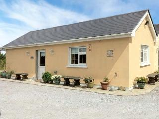 RUAH COTTAGE, detached, all ground floor, gardens, romantic retreat, near Listowel, Ref 904966 - County Kerry vacation rentals