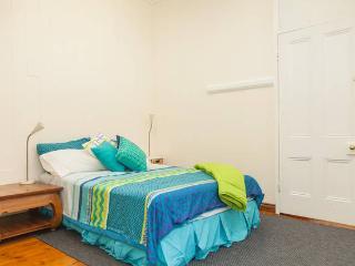 Mini apartment in CBD, 1898 Victorian House. 2 Bedroom, 2 Bed, Bath, Kitchen, Parking, Free Internet - Brisbane vacation rentals