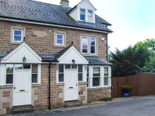 2 KNOWLESTON HOUSE, townhouse, over three floors, en-suites, parking, courtyard, in Matlock, Ref 913293 - Derbyshire vacation rentals