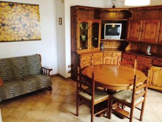 Giotto House, vicinanze mare, 3 vani , 4 persone - Cecina vacation rentals
