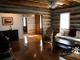 1834 Cabin, king bed, claw foot tub - Union vacation rentals