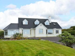 BIRCH TREE COTTAGE, detached family cottage, multi-fuel stove, Jacuzzi bath, lawned gardens, in Castletownbere, Ref 912154 - Castletownbere vacation rentals