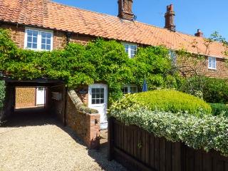 CASSIE'S COTTAGE close to beach, hand-made kitchen, off road parking in Heacham Ref 915103 - Hunstanton vacation rentals