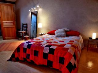 Bedroom in the countryside(2)Chambre à la campagne - Saint-Hilaire-Du-Bois vacation rentals