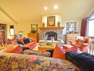 Cozy 4BR + Den Non-smoking Ski In/Ski Out Aspen Town Home in Beaver Creek, Walk to Village, Sleeps 10! - Beaver Creek vacation rentals