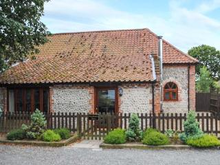 WOODMANS BARN, woodburning stove, exposed stonework, patio with furniture, near Cromer, Ref 905404 - Buxton vacation rentals