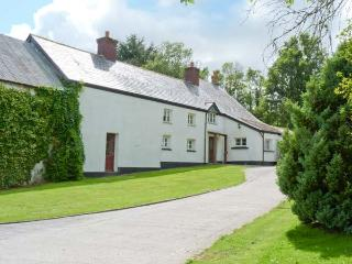 EASTCOTT FARMHOUSE, WiFi, Sky TV, en-suites, child-friendly cottage near Whitstone, Ref. 914524 - Langdon vacation rentals