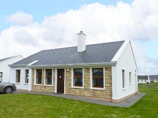 LAKESIDE, open fire, en-suite facilities, lawned garden, pet-friendly, in Keel, Ref 912087 - County Mayo vacation rentals