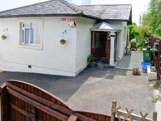 BANGOR COTTAGE, all ground floor, parking, enclosed garden, in Bangor, Ref 24470 - Caeathro vacation rentals