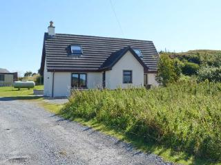 SEALLADH AN LOCHA COTTAGE, detached, en-suite, parking, private patio, near Portree, Ref 913911 - Portree vacation rentals