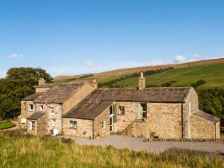 DEERCLOSE WEST FARMHOUSE, stone-built, woodburners, parking, garden, in Horsehouse, Ref 912912 - North Yorkshire vacation rentals
