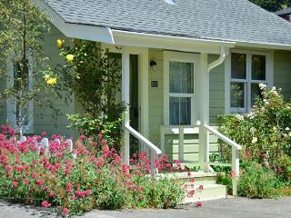 Arcata's Relaxing Lemon Tree Cottage - Walk to HSU & Beautiful, Private Yard - Arcata vacation rentals
