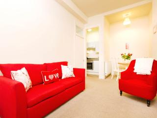 Chic & cosy 1 bed apt for up to 4 ppl.  Free wifi! - Edinburgh vacation rentals