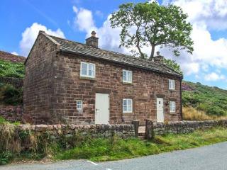 ROACHSIDE COTTAGE, luxury detached cottage, woodburner, slipper bath, country views, near Leek, Ref 912311 - Staffordshire vacation rentals