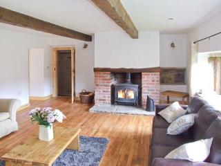 UPPER PEAKS COTTAGE, detached, 17th century, woodburner, character features, near Slaithwaite and Marsden, Ref 915369 - Manchester vacation rentals