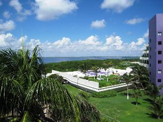 Charming penthouse with private roof top terrace. - Cancun vacation rentals