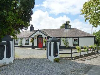 DERRY HOUSE, romantic cottage, open fire, pet-friendly, WiFi  near Naas, Ref 914743 - Clane vacation rentals