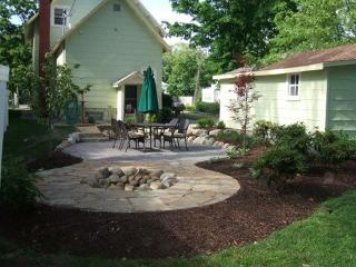 110 Monroe - One block to Kids Corner and the beach - Weekly stays begin on Friday. - South Haven vacation rentals