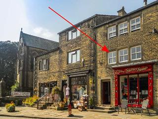 CHURCH VIEW, first floor self-catering apartment, open plan, in Haworth, Ref 915793 - Haworth vacation rentals