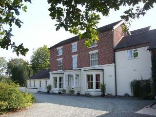 ROSEHILL MANOR, swimming pool, hot tub, enclosed gardens, near Market Drayton, Ref 11281 - Cheshire vacation rentals