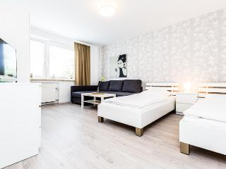 90 Modern Center apartment for 5 in Cologne Deutz - Cologne vacation rentals