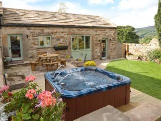 COBBLERS BARN, stone-built, character cottage, woodburner, en-suite, hot tub, near Middleton in Teesdale, Ref 912801 - County Durham vacation rentals